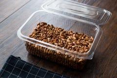 Pistaches organiques sans Shell dans le conteneur de boîte en plastique/boîte photos stock