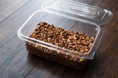 Pistaches organiques sans Shell dans le conteneur de boîte en plastique/boîte photo libre de droits