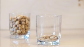 pistachios Pistaches de derramamento Porcas de pistache que caem no vidro video estoque