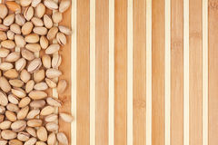 Pistachios Unpeeled que encontram-se em uma esteira de bambu Imagens de Stock