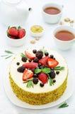 Pistacja tort z jagodowym kompotu i rozmarynów mousse Obrazy Stock