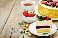 Pistacja tort z jagodowym kompotu i rozmarynów mousse Zdjęcie Stock