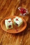 Pistacjowy gąbka tort z Dzikiej truskawki plombowaniem i pistaci mrożeniem Obraz Stock