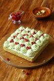 Pistacjowy gąbka tort z Dzikiej truskawki plombowaniem i pistaci mrożeniem Zdjęcie Stock