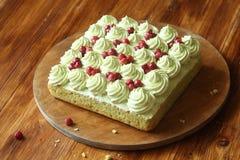 Pistacjowy gąbka tort z Dzikiej truskawki plombowaniem i pistaci mrożeniem Fotografia Royalty Free