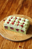 Pistacjowy gąbka tort z Dzikiej truskawki plombowaniem i pistaci mrożeniem Fotografia Stock