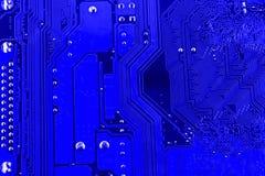 Pistas conductoras en la placa madre de la macro impresa del cierre de la placa de circuito foto de archivo