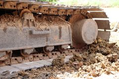 Pistas continuas del primer o rueda seguida del excavador o de la retroexcavadora en el piso del suelo imagen de archivo