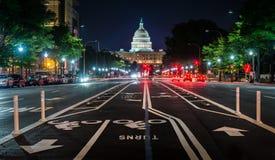 Pistas da bicicleta em Pennsylvania Avenue e no Capitólio do Estados Unidos na noite, em Washington, C.C. imagem de stock