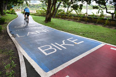 Pistas da bicicleta no parque de Benjakitti imagens de stock royalty free