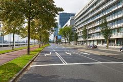 Pistas da estrada em uma cidade foto de stock