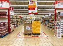 Pistas das prateleiras com produtos dos bens para dentro do IPER do hipermercado de Varese Departamento do café da manhã com cont fotografia de stock