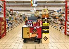 Pistas das prateleiras com produtos dos bens para dentro do IPER do hipermercado de Varese Departamento do café da manhã com cont fotos de stock