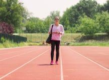 Pistas de atletismo de passeio do esporte da menina atlética Foto de Stock