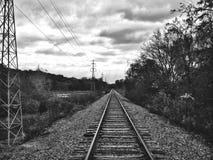 Pistas de ferrocarril blancos y negros fotografía de archivo libre de regalías