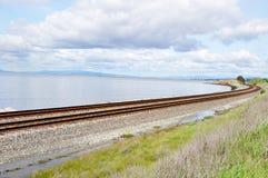 Pistas de ferrocarril con el horizonte de San Fransisco en fondo imagen de archivo libre de regalías