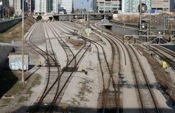 Pistas de ferrocarril de la ciudad foto de archivo libre de regalías
