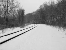 Pistas de ferrocarril del invierno a en ninguna parte imagenes de archivo