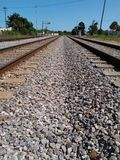 Pistas de ferrocarril dobles a en ninguna parte foto de archivo