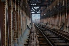 Pistas de ferrocarril en el puente del hierro imagen de archivo libre de regalías