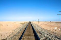 Pistas de ferrocarril en horizonte Fotos de archivo