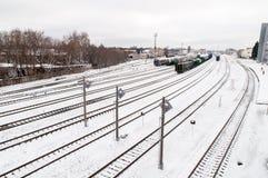 Pistas de ferrocarril en invierno fotos de archivo