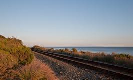 Pistas de ferrocarril en la costa central de California en Goleta/Santa Barbara en la puesta del sol Foto de archivo