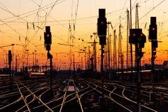Pistas de ferrocarril en la puesta del sol Fotografía de archivo libre de regalías