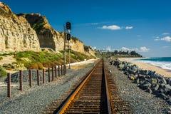 Pistas de ferrocarril a lo largo de la playa fotos de archivo libres de regalías
