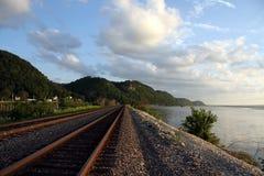 Pistas de ferrocarril por el río Fotografía de archivo libre de regalías