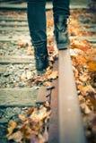 Pistas de ferrocarril que caminan Foto de archivo