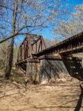 Pistas de ferrocarril que cruzan la cala grande de Elkin imágenes de archivo libres de regalías