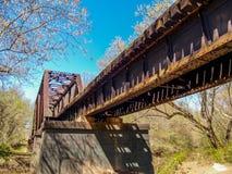 Pistas de ferrocarril que cruzan la cala grande de Elkin imagen de archivo