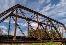 Pistas de ferrocarril que cruzan la cala grande de Elkin imagenes de archivo