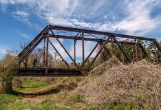 Pistas de ferrocarril que cruzan la cala grande de Elkin imagen de archivo libre de regalías