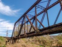 Pistas de ferrocarril que cruzan la cala grande de Elkin fotos de archivo