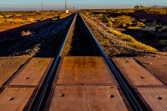 Pistas de ferrocarril que dirigen al norte en el desierto de New México Imagen de archivo libre de regalías