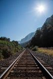 Pistas de ferrocarril que llevan al horizonte Fotos de archivo libres de regalías