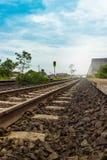 Pistas de ferrocarril rurales y cielo azul Foto de archivo libre de regalías