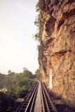 Pistas de ferrocarril a través de un bosque, de una montaña y de un campo, Tailandia Imagen de archivo libre de regalías