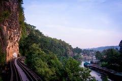 Pistas de ferrocarril a través de un bosque, de una montaña y de un campo, Tailandia Imágenes de archivo libres de regalías