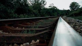 Pistas de ferrocarril a través del cierre de la montaña para arriba almacen de metraje de vídeo