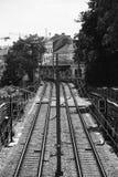 Pistas de ferrocarril vistas del puente Imagen de archivo libre de regalías