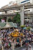 Pistas de la capilla y de Skytrain de Erawan en Bangkok Imagen de archivo libre de regalías