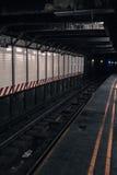 Pistas de la estación del metro del subterráneo con nadie Imagenes de archivo
