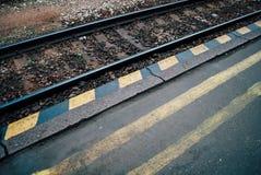 Pistas de la estación y de ferrocarril Fotos de archivo libres de regalías