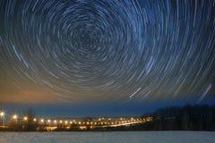 Pistas de la estrella en un cielo nocturno Linternas encendidas carretera del coche Paisaje Fotografía de archivo libre de regalías