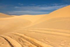 Pistas de la rueda en las dunas Fotos de archivo
