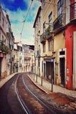 Pistas de la tranvía en la calle de Lisboa imagen de archivo