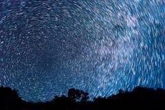 Pistas de las estrellas bajo la forma de líneas foto de archivo libre de regalías